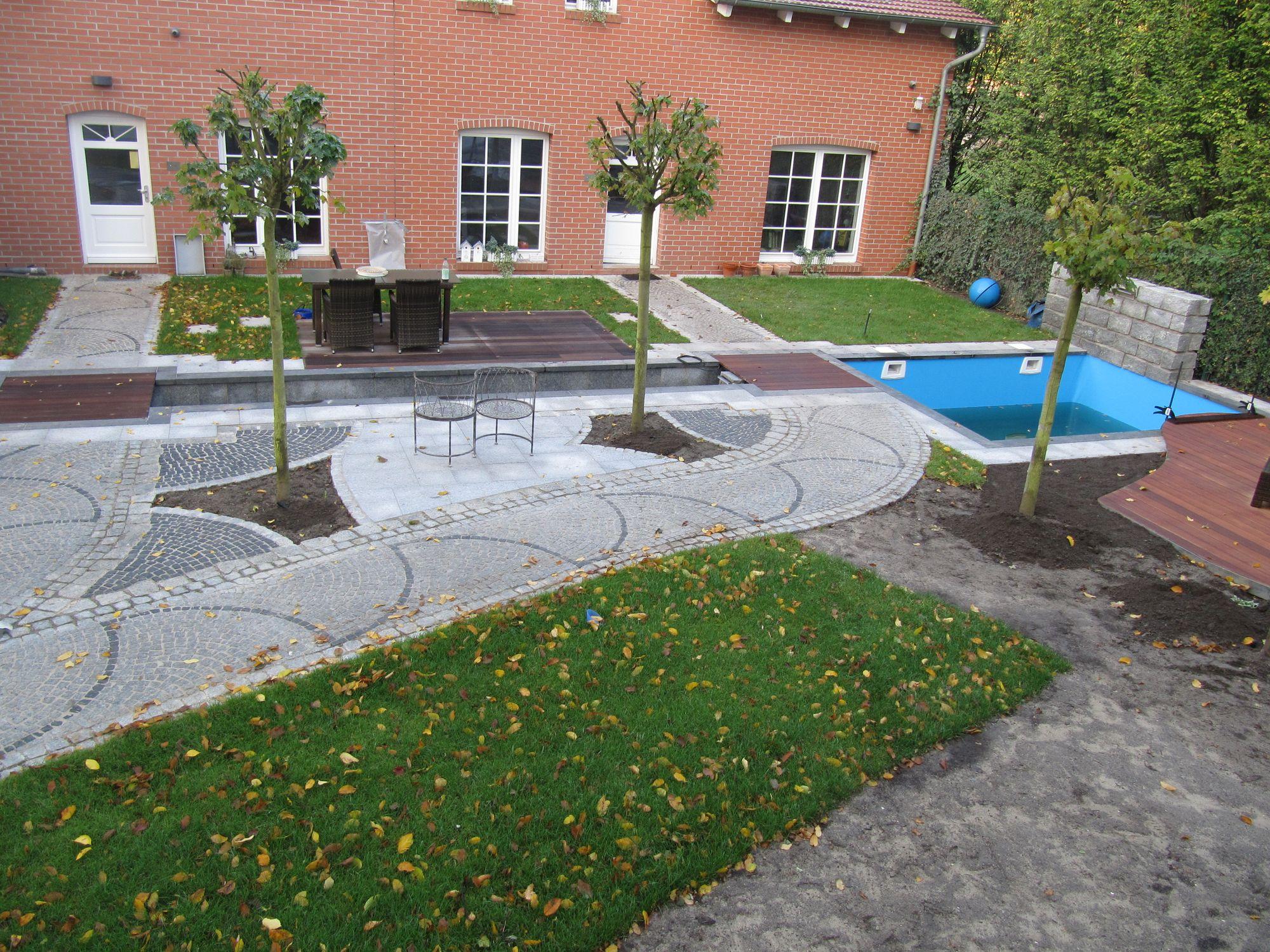 Garten mit Pool und Freizeitflächen für die ganze Familie