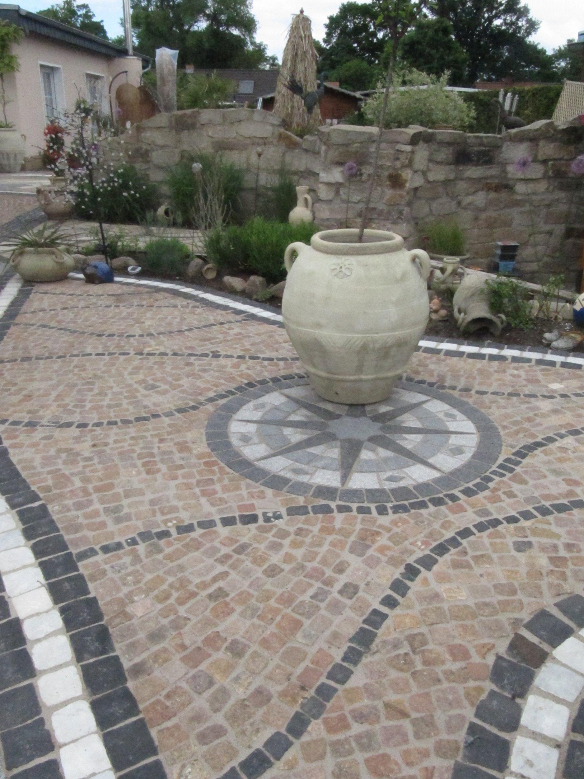 mediterraner Garten in Berlin: Gestaltung der Terrassenbereichen