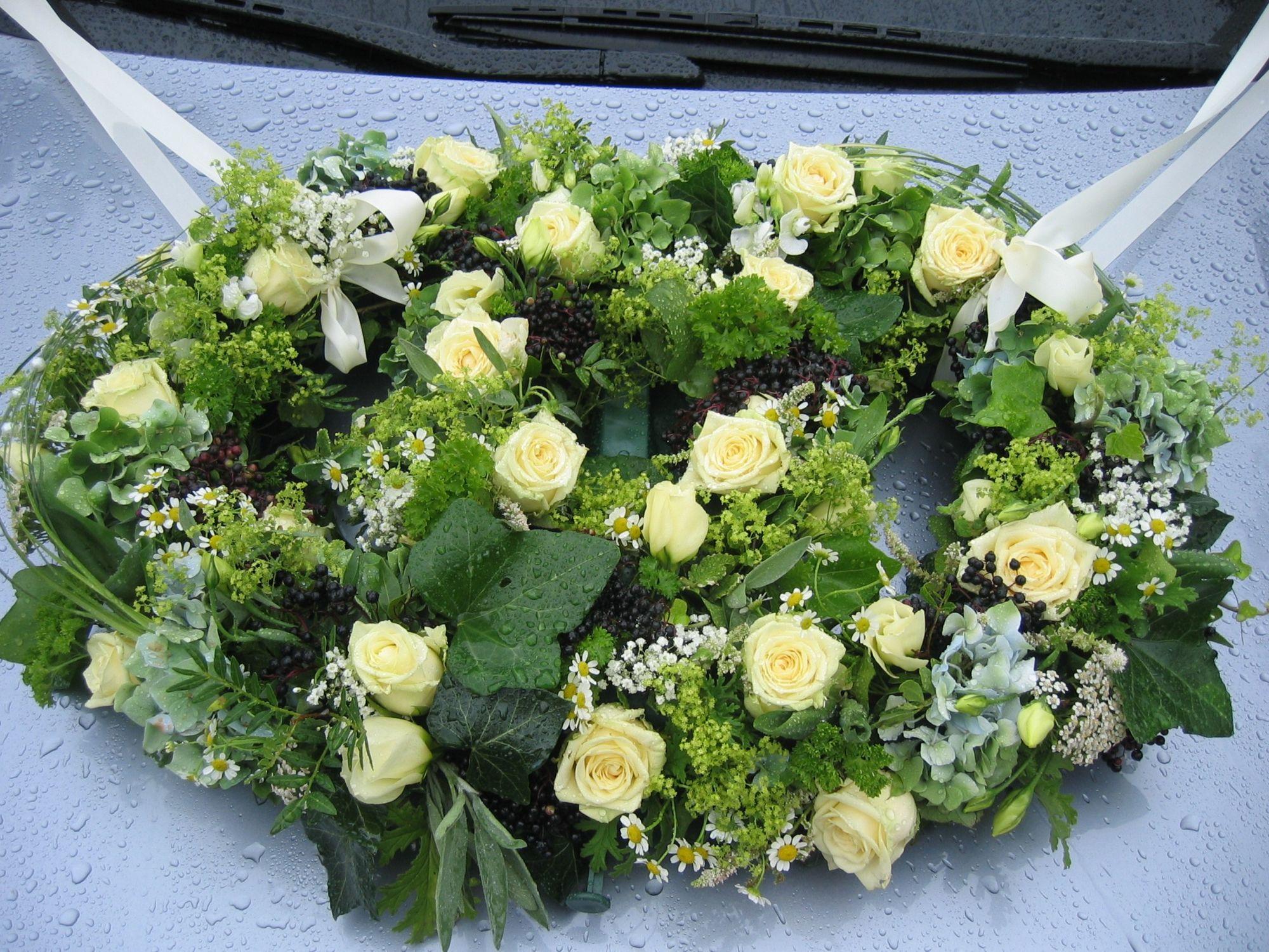 Hochzeitsfloristik in Berlin: Schmuck für Brautauto mit weißen Rosen