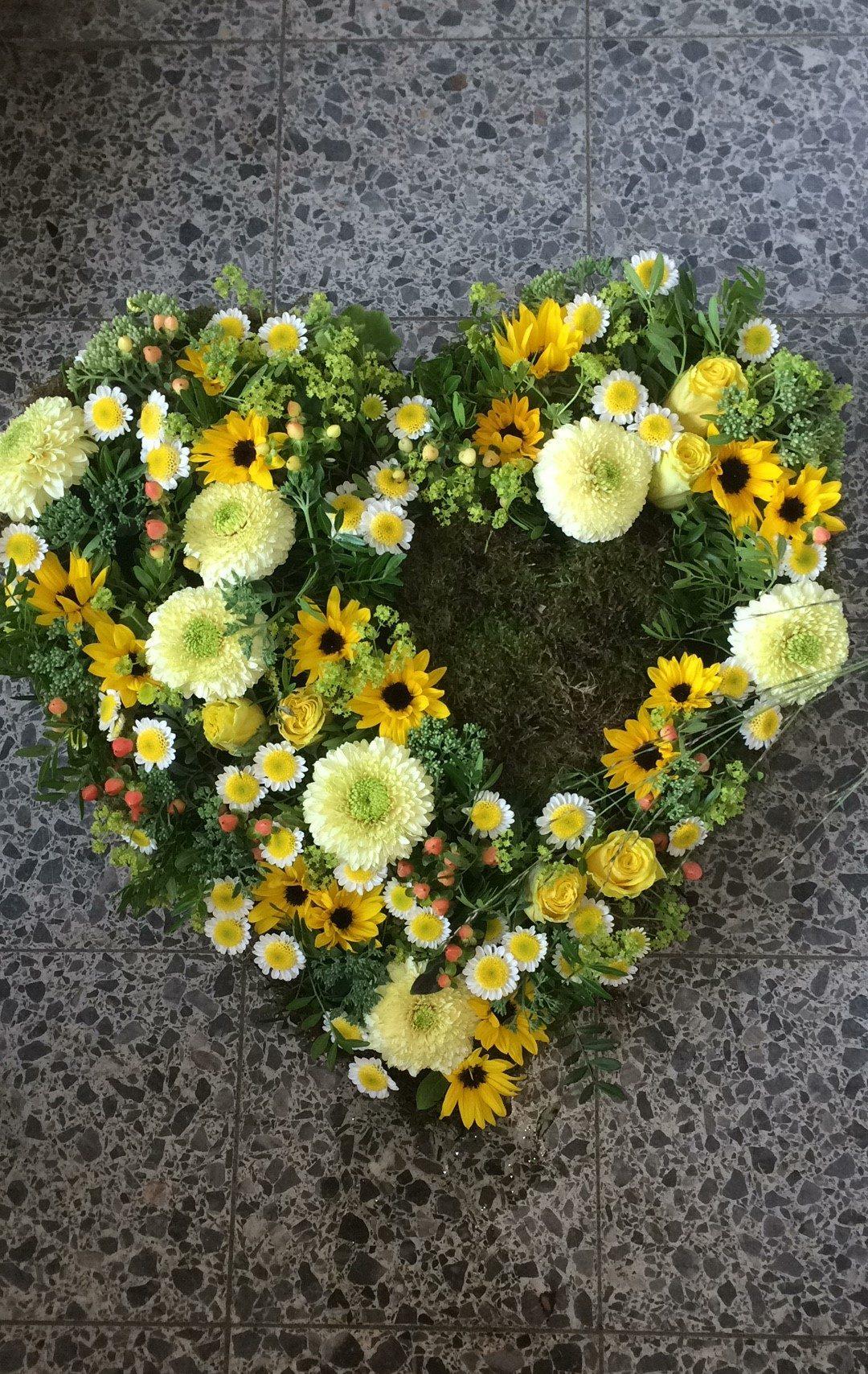 Trauerfloristik in Berlin: Trauergsteck in Herzform mit weißen und gelben Blumen, Trauerkranz